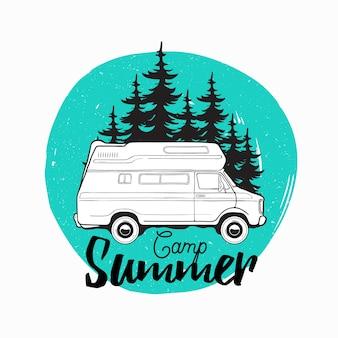 Rimorchio camper, camper o veicolo ricreativo guida su strada contro abeti sullo sfondo e iscrizione estate campo scritto con carattere corsivo. illustrazione per logo, pubblicità.
