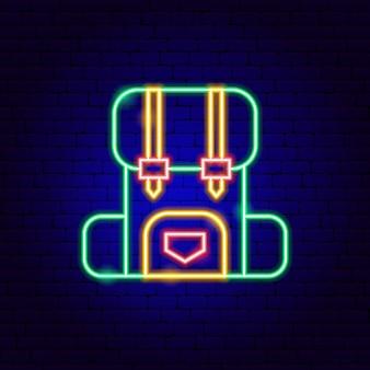 Zaino da campeggio insegne al neon. illustrazione vettoriale di promozione all'aperto.