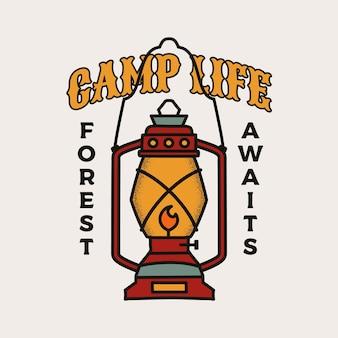 Disegno dell'illustrazione del distintivo di campeggio. logo esterno con lanterna da campo e citazione - la vita del campo, la foresta attende.