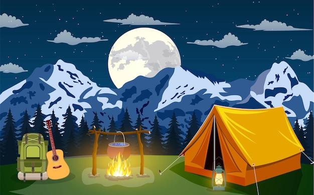 Scena serale in campeggio. tenda, fuoco da campo, zaino con chitarra, pineta e montagne rocciose