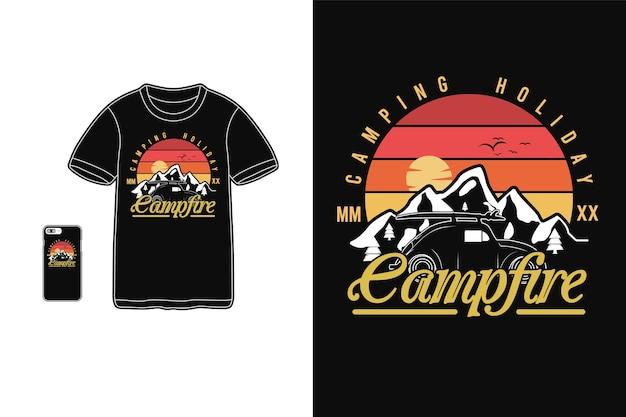 Sagoma di merchandise di t-shirt in campeggio vacanza falò