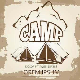 Etichetta di campeggio con tende e montagne su sfondo d'epoca