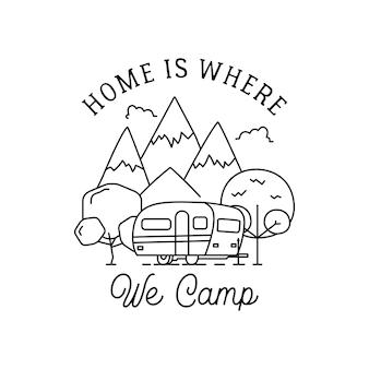 Disegno del logo di arte di linea di campeggio. etichetta con stemma all'aperto con montagne, rimorchio per camper. isolato.