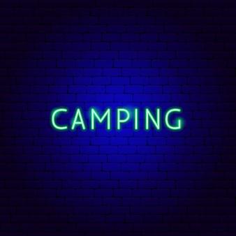 Testo al neon di campeggio. illustrazione vettoriale di promozione all'aperto.