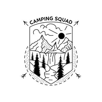 Disegno del distintivo della squadra di campeggio. logo della cresta dell'avventura all'aperto con scena di montagne. etichetta di sagoma di viaggio isolata. geometria sacra. emblema di grafica tatuaggio stock.