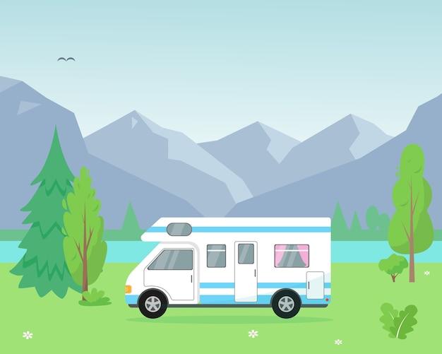 Rimorchio da campeggio vicino al lago e alle montagne