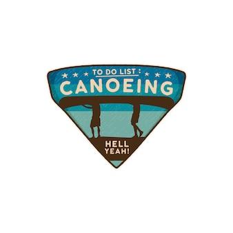 Emblema del logo in canoa. toppa della canoa del distintivo di viaggio disegnato a mano dell'annata