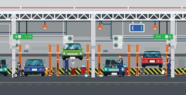 Operai di riparazione auto nel centro servizi