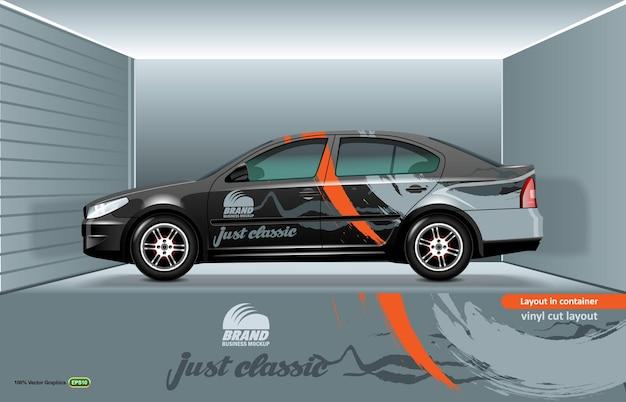 Modello di berlina per auto a strati, pronto per il taglio su un plotter, sullo sfondo di un interno di un garage.