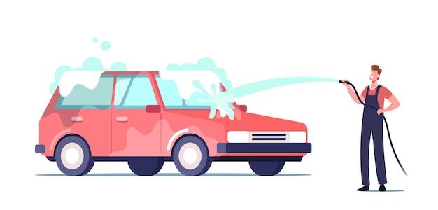 Personaggio dell'addetto al servizio di autolavaggio che indossa l'uniforme che versa l'automobile con getto d'acqua dalla schiuma di pulizia dell'idropulitrice dalla carrozzeria