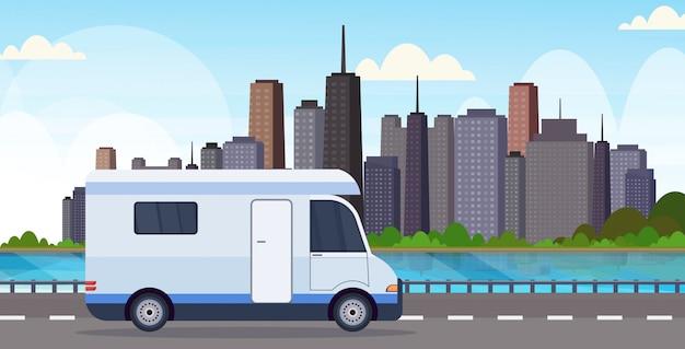Carovana che viaggia su autostrada ricreativa veicolo da campeggio concetto di campeggio moderno paesaggio urbano sfondo piatto orizzontale