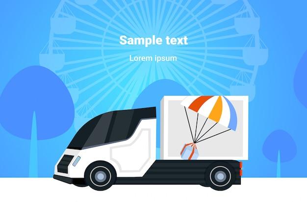 Furgone o camion del carico che guida sul contenitore di pacchetto della strada con lo spazio orizzontale della copia del fondo di paesaggio della ruota panoramica di concetto di servizio di paracadute espresso