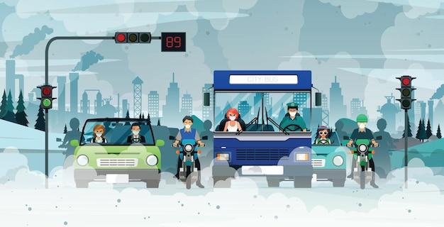 Le automobili emettono inquinamento da fumo in attesa dei semafori in città