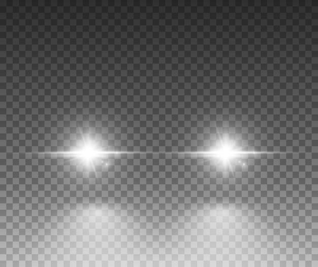 Effetto luce auto. raggio luminoso di fasci luminosi del faro dell'automobile di bagliore bianco isolato su sfondo trasparente.
