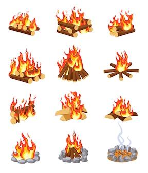 Falò dei cartoni animati. fuochi da campo estivi fiamma con legna da ardere. legno impilato in fiamme. insieme isolato campeggio di gioco piatto.