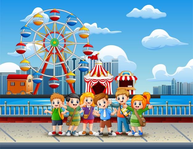 Cartone animato di bambini che si divertono in riva al lago
