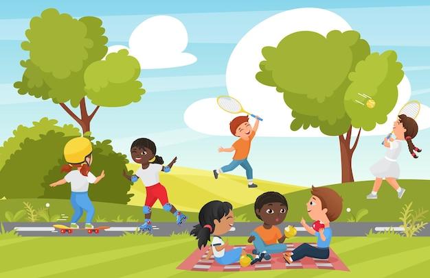 I bambini del fumetto giocano nel parco estivo o nel paesaggio del giardino