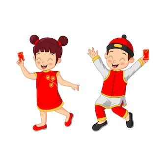 Bambini cinesi del fumetto che tengono le buste
