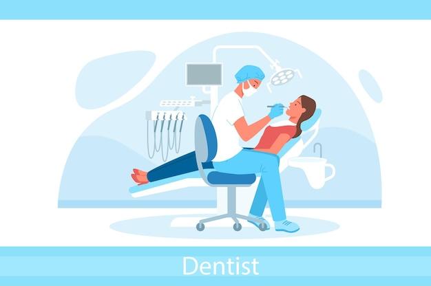 Cartoon medico dentista personaggio in maschera tenendo lo strumento dentale ed esaminando i denti del paziente