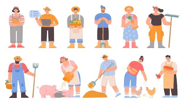 Agricoltori dei cartoni animati. i lavoratori agricoli tengono le verdure e gli attrezzi agricoli, nutrono maiali e polli, seccano il fieno. set di vettori di caratteri da giardino o fattoria