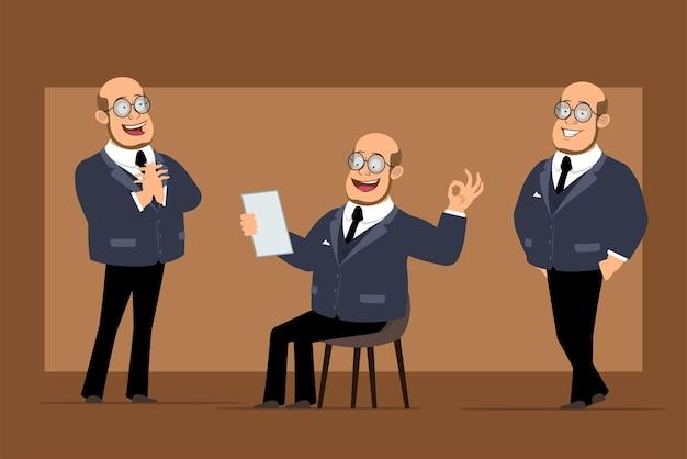 Carattere dell'uomo del professore calvo piatto divertente del fumetto in abito scuro e occhiali. ragazzo in posa, leggere la nota e mostrare il segno giusto.