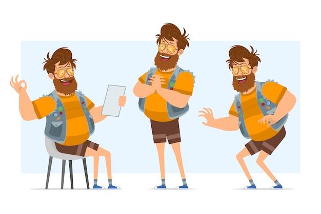 Personaggio di uomo piatto divertente hipster grasso barbuto del fumetto in farsetto di jeans e occhiali da sole. pronto per l'animazione. ragazzo che si intrufola, che mostra segno giusto e nota di lettura. isolato su sfondo blu.