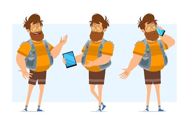 Personaggio di uomo piatto divertente hipster grasso barbuto del fumetto in farsetto di jeans e occhiali da sole. pronto per l'animazione. ragazzo che parla sul telefono e che tiene tablet intelligente. isolato su sfondo blu.