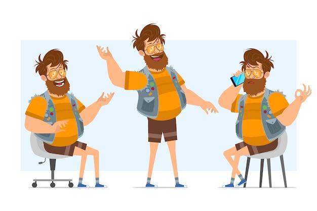Personaggio di uomo piatto divertente hipster grasso barbuto del fumetto in farsetto di jeans e occhiali da sole. pronto per l'animazione. ragazzo che parla sul telefono e che mostra il segno di ciao. isolato su sfondo blu.