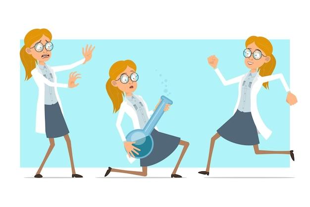 Carattere di donna dottore bionda divertente piatto del fumetto in uniforme bianca e occhiali. ragazza che corre e che tiene la boccetta chimica con liquido.