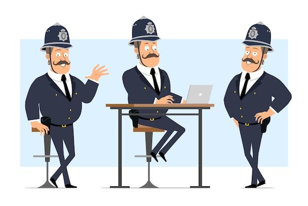 Carattere di poliziotto grasso britannico piatto divertente del fumetto in casco e uniforme. ragazzo in posa e lavora al computer portatile.