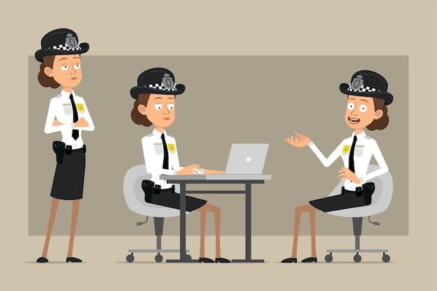 Carattere di donna poliziotto britannico piatto divertente del fumetto in cappello nero e uniforme con distintivo. ragazza in posa e lavora al computer portatile.