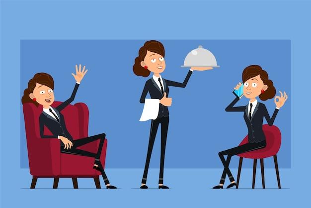 Carattere di donna d'affari piatto divertente del fumetto in abito nero con cravatta nera. ragazza parla al telefono, tenendo tablet e vassoio di cibo in metallo.