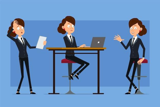 Carattere di donna d'affari piatto divertente del fumetto in abito nero con cravatta nera. ragazza che lavora al computer portatile e che legge la nota di carta.