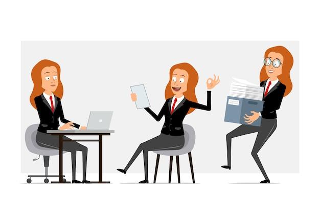 Carattere di donna d'affari piatto divertente del fumetto in abito nero con cravatta rossa. ragazza che lavora al computer portatile, nota di lettura e scatola di carta di trasporto. pronto per l'animazione. isolato su sfondo grigio. impostato.