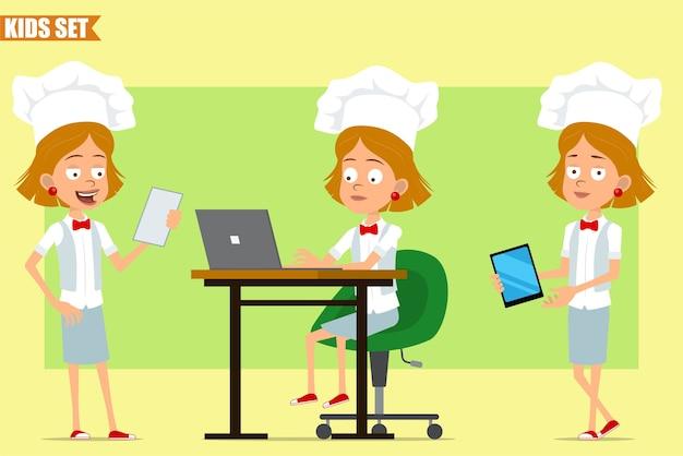 Cartone animato piatto divertente piccolo chef cuoco personaggio ragazza in uniforme bianca e cappello da panettiere. bambino che lavora al computer portatile e leggere la nota del menu.