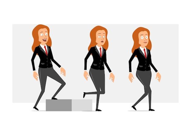 Carattere di donna d'affari piatto divertente rossa del fumetto in abito nero con cravatta rossa. ragazza stanca riuscita che cammina fino al suo obiettivo. pronto per l'animazione. isolato su sfondo grigio. impostato.