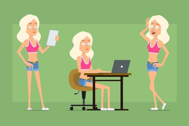 Carattere della donna di sport piatto divertente del fumetto in pantaloncini di jeans e camicia. ragazza in posa, leggere la nota e lavorare al computer portatile.