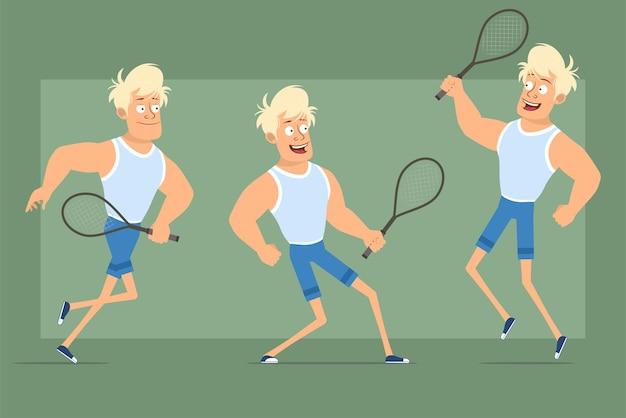 Cartone animato piatto divertente personaggio sportivo biondo forte in maglietta e pantaloncini. ragazzo che salta e corre con la racchetta da tennis. pronto per l'animazione. isolato su sfondo verde. impostato.