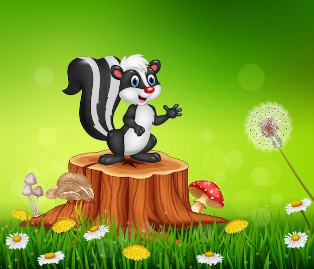 Moffetta divertente del fumetto sul ceppo di albero nel fondo di estate