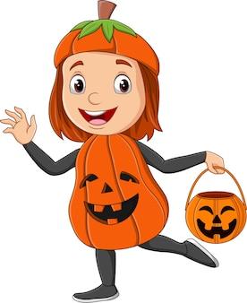 Ragazza cartone animato che indossa il costume da zucca di halloween che tiene il cesto di zucca