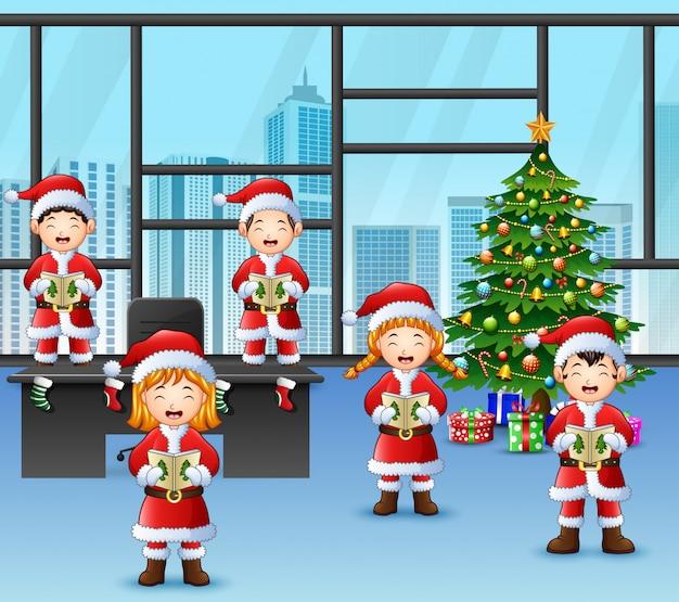 Cartone animato di bambini di gruppo in santa cantando canti di natale