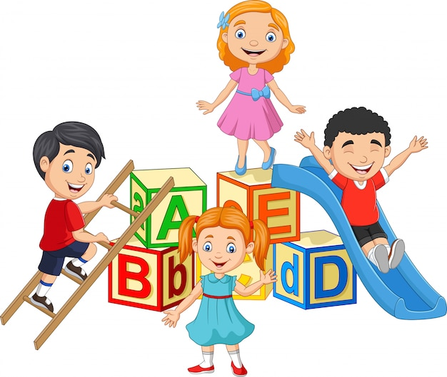 Bambini felici dei cartoni animati con blocchi alfabeto