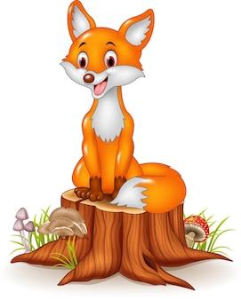 Volpe felice del fumetto che si siede sul ceppo di albero