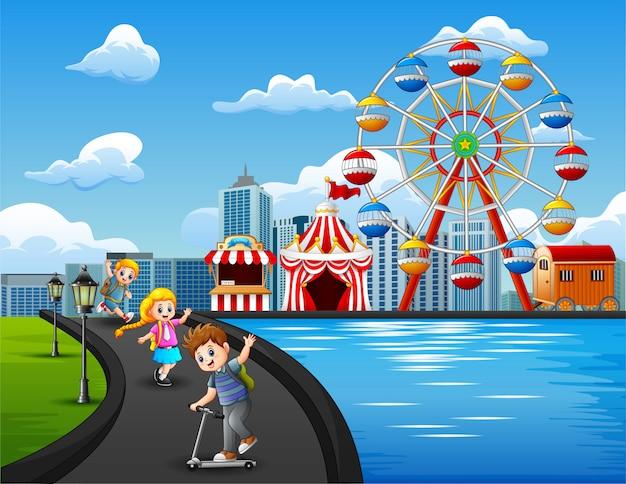 Cartone animato di bambini felici che giocano all'aperto