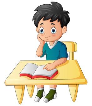 Illustrazione del fumetto del ragazzo che impara sulla scrivania
