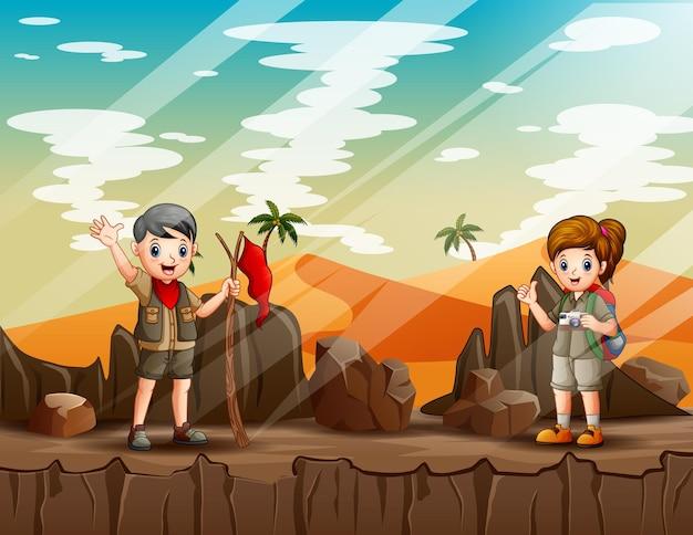 Illustrazione del fumetto dei bambini dell'esploratore che camminano sulla montagna rocciosa