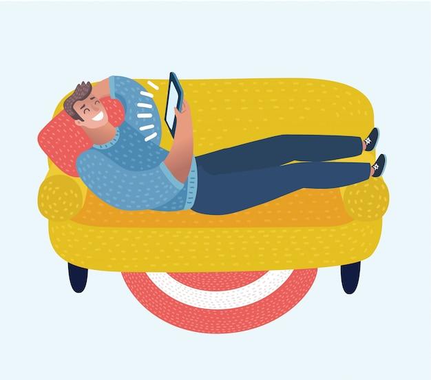 Fumetto illustrazione di uomo divertente cartone animato sul divano con tablet nelle sue mani. personaggio in maglietta rossa che giace riapparente e guarda film. Vettore Premium