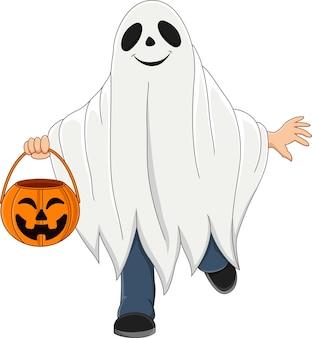 Bambino dei cartoni animati che indossa il costume da fantasma di halloween che tiene un cesto di zucca