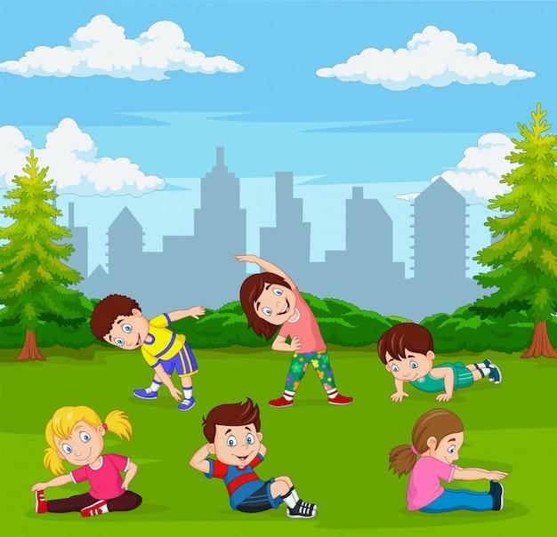 Bambini del fumetto che fanno yoga nel parco verde della città