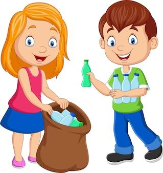 Bambini del fumetto che raccolgono bottiglie di plastica nel sacco della spazzatura